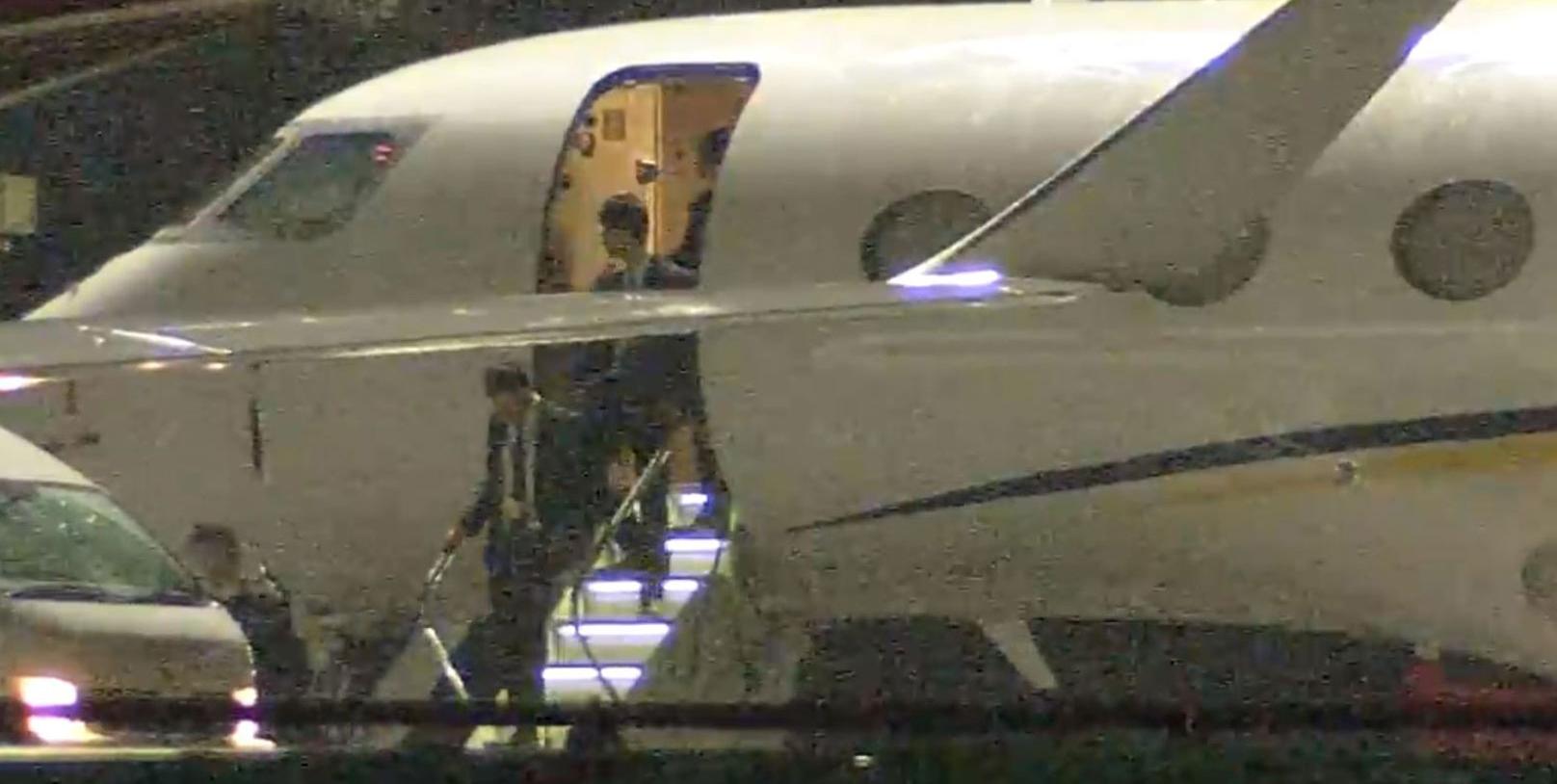 Jet privé de Nissan ayant transporté Carlos Ghosn à Tokyo le 19 novembre. Les hommes du procureur montent dans l'avion. Copyright : Asahi