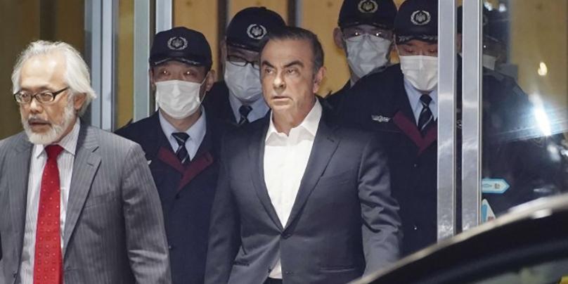 Carlos Ghosn à la sortie du centre de détention de Kosugé avec son avocat Takashi Takano le 25 avril 2019. Crédit photo : Yoichi Hayashi/AP/SIPA