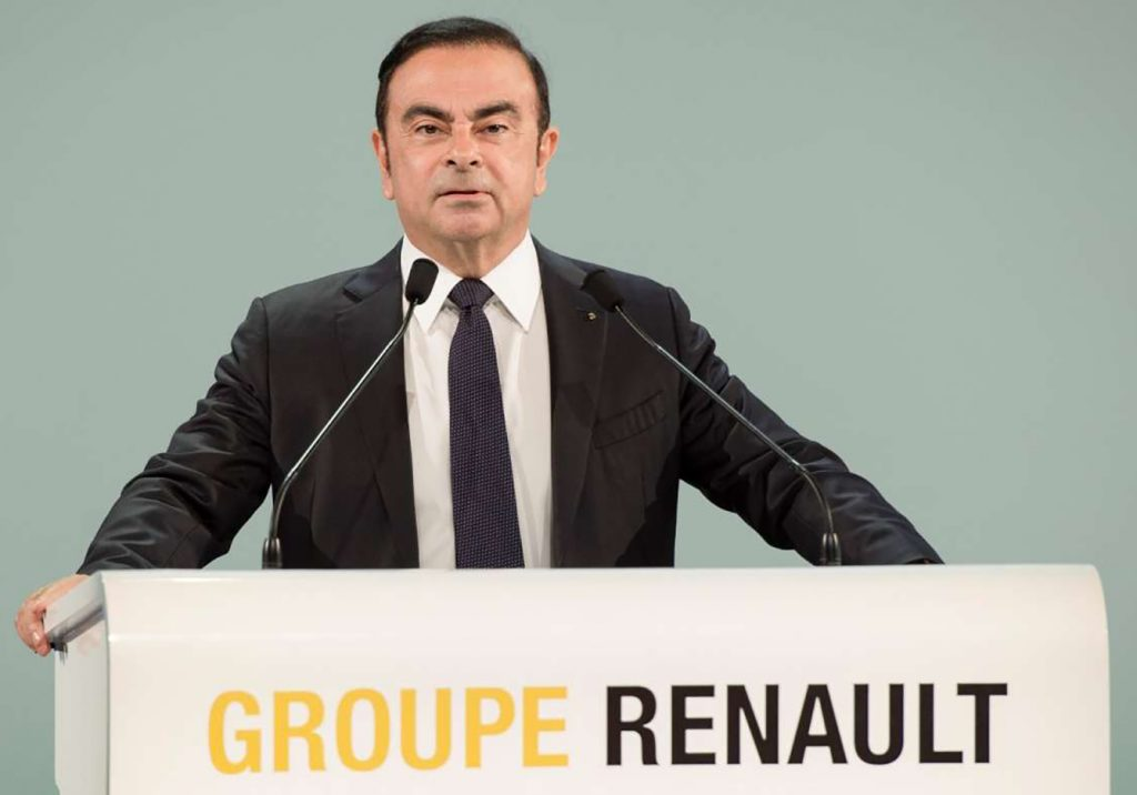 Carlos Ghosn derrière un pupitre comme PDG de Renault