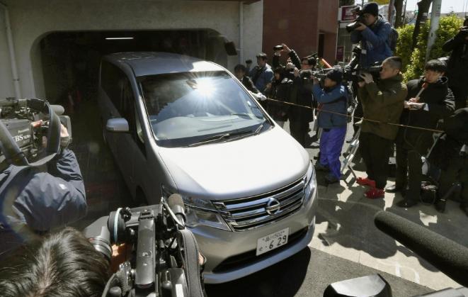 Voiture quittant le domicile de Carlos Ghosn devant une horde de journlaistes le 04 avril 2019 : la patron a été à nouveau arrête. Crédit photo : Kyodo news