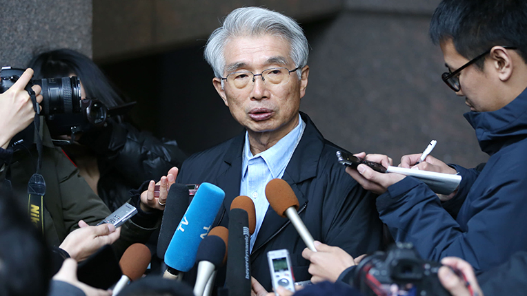 Junichiro Hironaka devant la palais de justice de Tokyo répondant à la presse. Crédits : Kei Higuchi