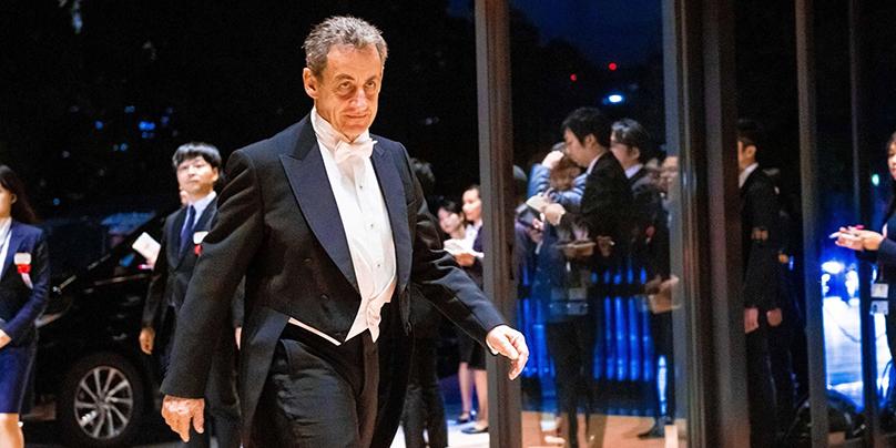 Nicolas Sarkozy arrive en smoking à la cérémonie pour l'empereur en octobre 2019. Crédit photo : bestimage
