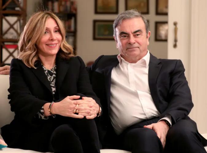 Carole et Carlos assis ensemble sur un canapé